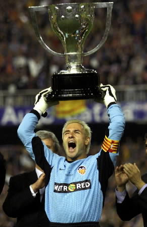 VALENCIA CAPTAIN HOLDS UP SPANISH LEAGUE TROPHY